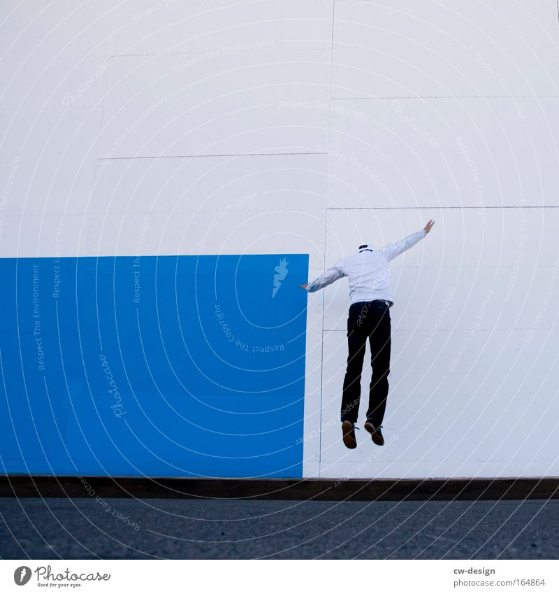 Pommes Blau/Weiß Mensch Jugendliche blau weiß Freude Erwachsene Architektur springen Stil Fassade fliegen Freizeit & Hobby elegant maskulin Design modern