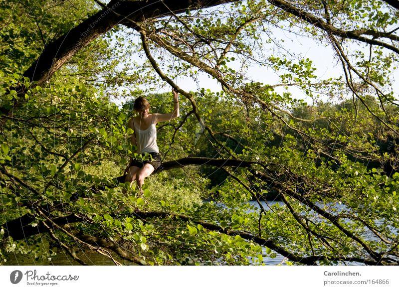Mädchen im Glück. Frau Mensch Natur Jugendliche Baum Sommer Freude Ferien & Urlaub & Reisen Wald feminin Umwelt Frühling Erwachsene See Zufriedenheit