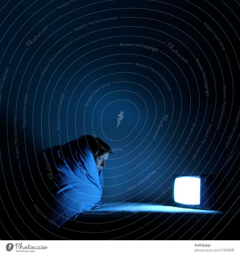 marienhof Mensch blau dunkel Erwachsene Angst maskulin Bett Fernseher Bildung Fernsehen Filmindustrie gruselig Medien Kino Video Sucht