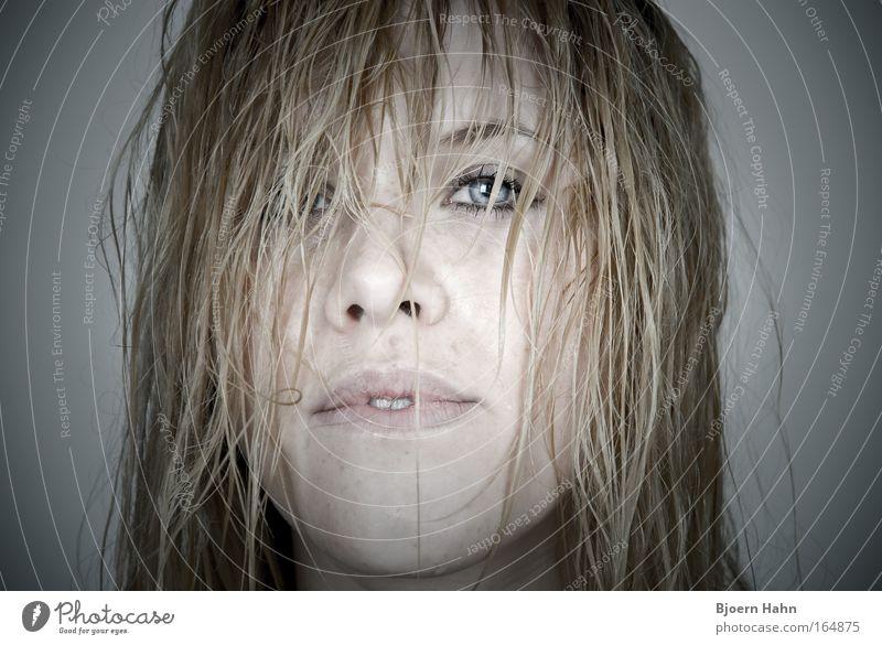 I dance in the rain Farbfoto Innenaufnahme Kunstlicht Blitzlichtaufnahme Licht Weitwinkel Porträt Blick Blick in die Kamera Blick nach vorn Mensch feminin