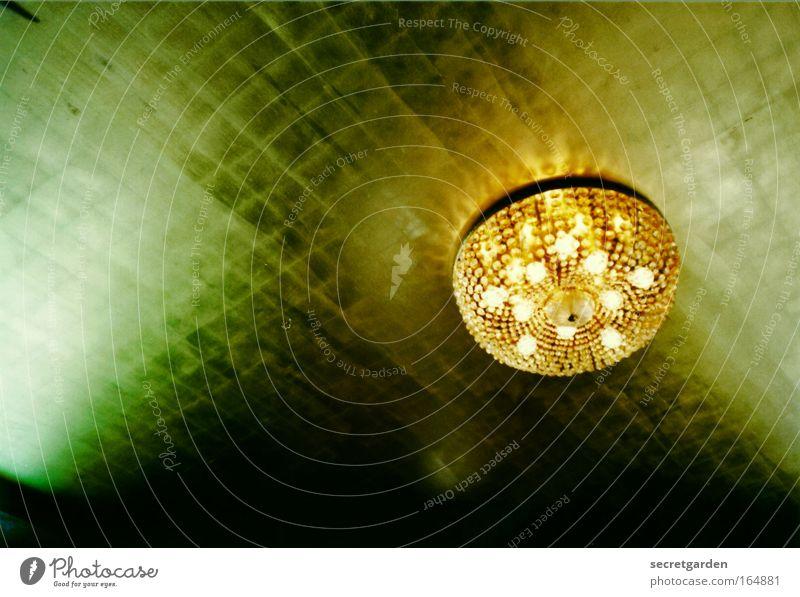 goldene zeiten Farbfoto Innenaufnahme Experiment Menschenleer Textfreiraum links Kunstlicht Schatten Froschperspektive Reichtum Stil Innenarchitektur Lampe