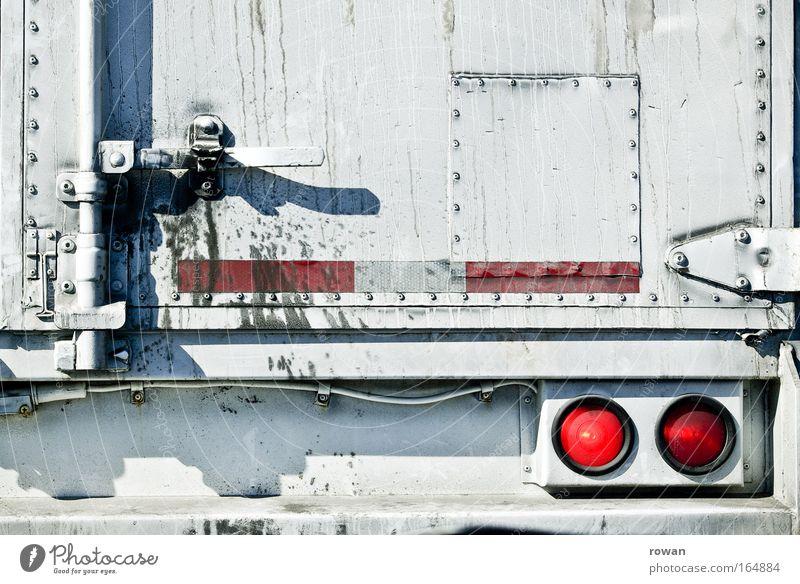 lastkraftwagen weiß rot Bewegung Straßenverkehr Verkehr fahren Güterverkehr & Logistik stehen Lastwagen Umzug (Wohnungswechsel) Mobilität Abgas Umweltschutz Umweltverschmutzung Verkehrsstau Spedition