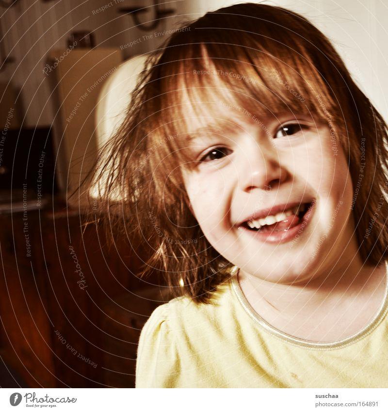 zungenspitzerin Gedeckte Farben Innenaufnahme Kontrast Porträt Blick in die Kamera Kind Mädchen Kopf Haare & Frisuren Gesicht Auge Ohr Nase Mund Lippen Zähne
