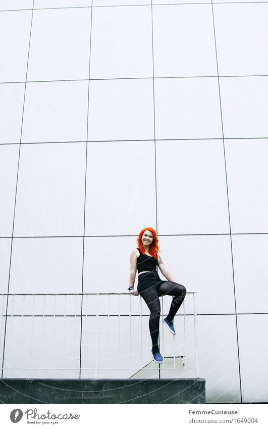 CityGirl_ID1649004 Mensch Frau Jugendliche Junge Frau 18-30 Jahre schwarz Erwachsene Wand Leben Bewegung feminin Stil Lifestyle Stadtleben orange 13-18 Jahre