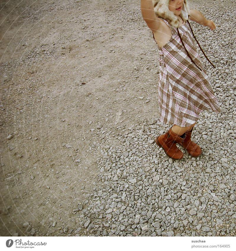 mützenträgerin Gedeckte Farben Außenaufnahme Textfreiraum links Ganzkörperaufnahme Halbprofil Wegsehen Kind Mädchen Kindheit 3-8 Jahre Kleid Stiefel Mütze