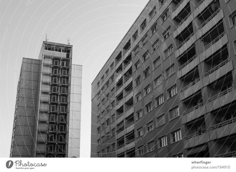Legebatterien dunkel Fenster Linie Beton trist Dresden Balkon Geometrie Plattenbau trüb schwer streng Neubau Neubausiedlung