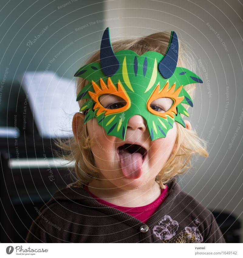 Bäääh Mensch Kind Freude Gesicht feminin Spielen Musik blond Kindheit verrückt lernen Maske Karneval gruselig Kleinkind langhaarig