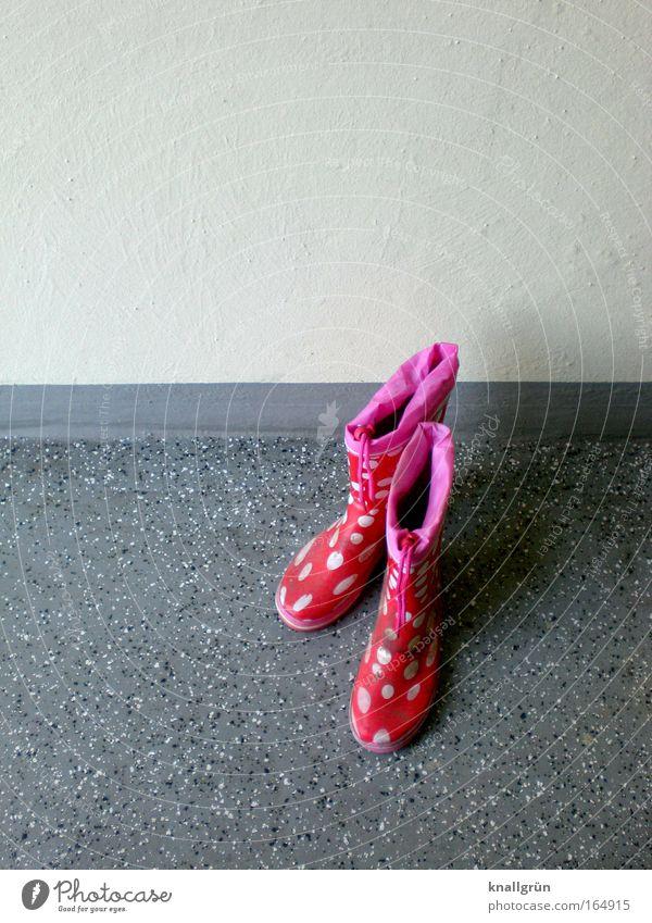 Wo ist das Kind? schön weiß rot Stil grau rosa stehen Punkt Kindheit Gummistiefel getupft