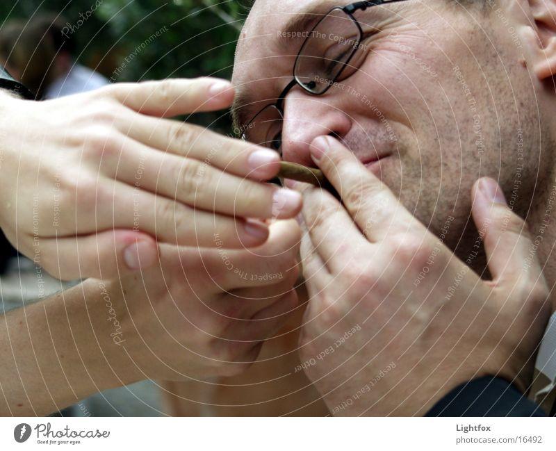 Glimmstengelfinger Mensch Mann Hand Freude lachen maskulin Brand Finger Brille Ohr Rauchen Café Bart Zigarette Gefäße