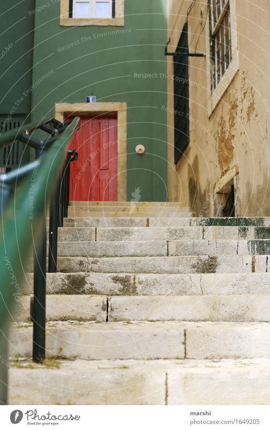 die rote Tür Hauptstadt Stadtzentrum Altstadt Haus Mauer Wand Treppe Fassade Klingel Stimmung grün Alfama Lissabon Portugal Gasse Ferien & Urlaub & Reisen