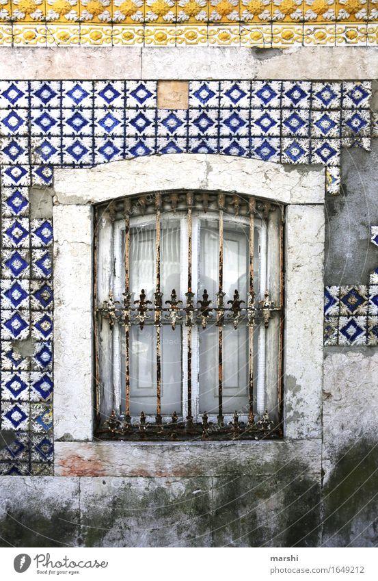 abgewohnt Fassade Haus Mauer Fliesen u. Kacheln Häusliches Leben bewohnt alt Lissabon Portugal Wohnhaus Wand mehrfarbig blau gelb Fenster Detailaufnahme