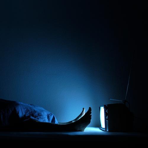 dsds Kunstlicht Häusliches Leben Wohnung Schlafzimmer Entertainment Technik & Technologie Informationstechnologie Beine Fuß 1 Mensch Fernsehen Fernseher
