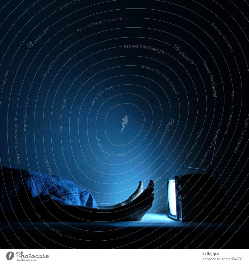 dsds Mensch blau Erwachsene Traurigkeit Beine Fuß Wohnung glänzend schlafen Häusliches Leben Bett Technik & Technologie Filmindustrie Fernseher Fernsehen Informationstechnologie