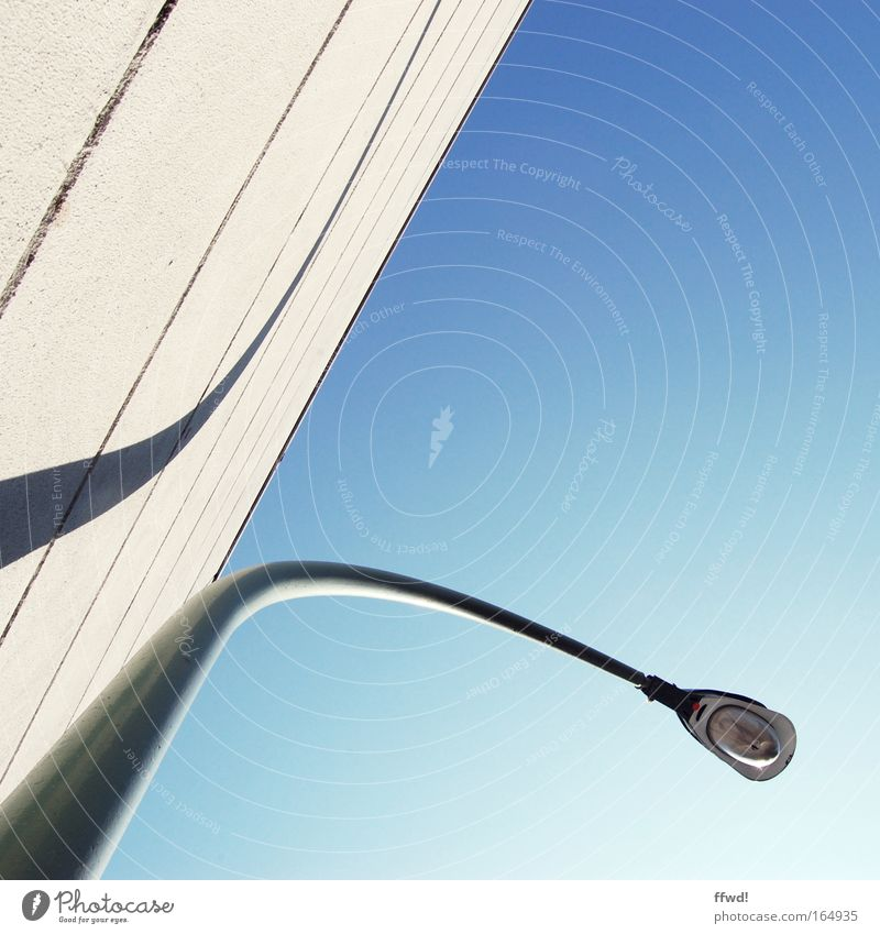 urban street style Farbfoto Außenaufnahme Tag Froschperspektive elegant Stil Himmel Gebäude Architektur Mauer Wand Fassade Laterne Laternenpfahl