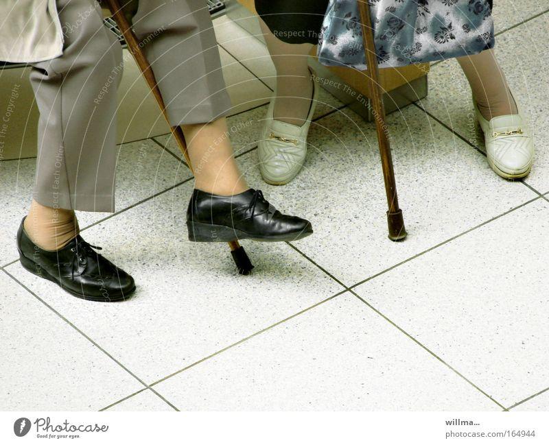zwei seniorinnen mit gehstock Mensch Frau alt Erholung sprechen Senior Beine Fuß Schuhe sitzen Gesundheitswesen 60 und älter Weiblicher Senior Ruhestand Stock
