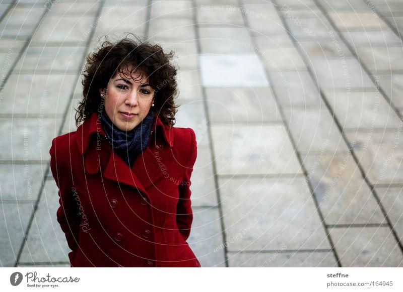 Italy's Next Topmodel Farbfoto Außenaufnahme Textfreiraum rechts Tag Schwache Tiefenschärfe Vogelperspektive Porträt Oberkörper Blick Blick in die Kamera Mensch