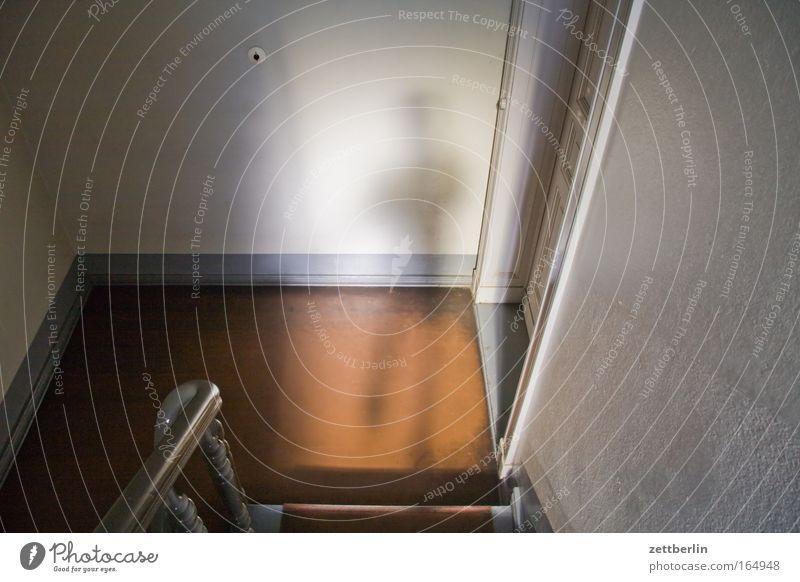Schatten Treppe Treppenstufen Treppenhaus Treppenabsatz Haus Mensch Tür Flur Wohnungssuche Geländer Treppengeländer aufwärts abwärts Karriere Häusliches Leben