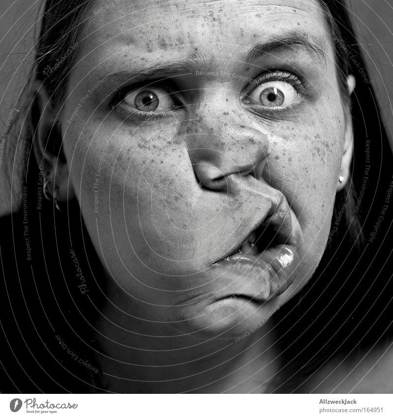 häusliche gewalt in zeitlupe Schwarzweißfoto Innenaufnahme Nahaufnahme Schwache Tiefenschärfe Porträt Oberkörper Vorderansicht Blick Blick in die Kamera