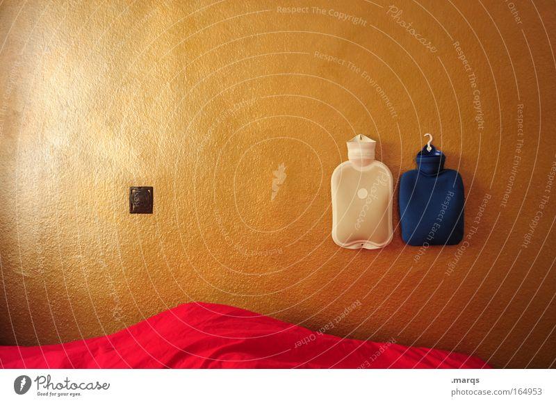 Pandemie Farbfoto Innenaufnahme Textfreiraum links Gesundheitswesen Wohnung Innenarchitektur Bett Schlafzimmer schlafen Häusliches Leben gold rot Geborgenheit