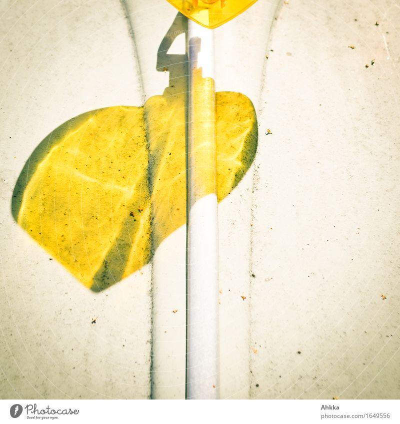 Ein Herz fürs Automobil Körperpflege Zeichen Schilder & Markierungen leuchten elegant exotisch gelb Schattenspiel Strukturen & Formen Linie herzförmig PKW Blech