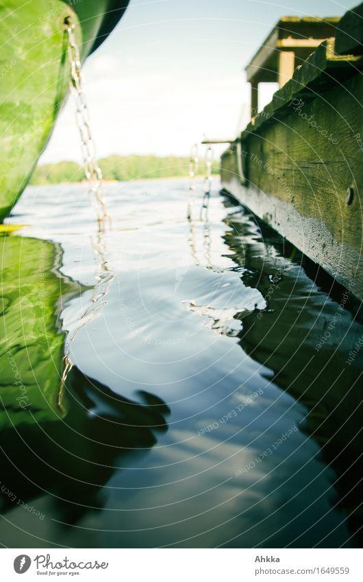 Verbindendes Medium Natur Wasser See Bootsfahrt Holz Metall blau grün Lebensfreude Vorfreude Erholung Steg ankern Bank Reflexion & Spiegelung Spiegelbild unklar