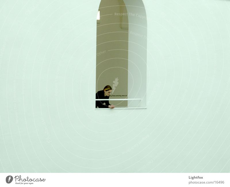 etwas zwielichtig Text Frau Mensch oben Fenster Bogen Momentaufnahme staunen