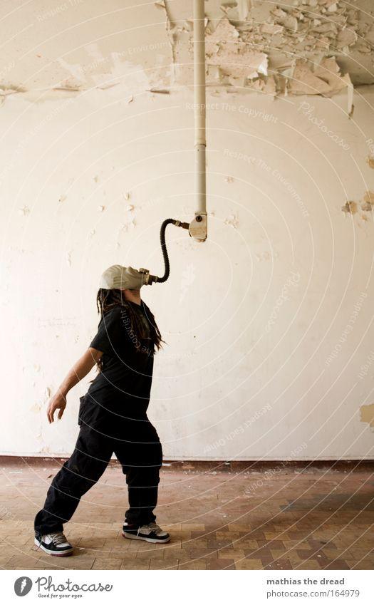 FRISCHLUFT TANKEN Mensch schwarz Erwachsene Wand Kopf Haare & Frisuren Raum maskulin 18-30 Jahre verfallen Schutz skurril Röhren Krieg Ruine Putz