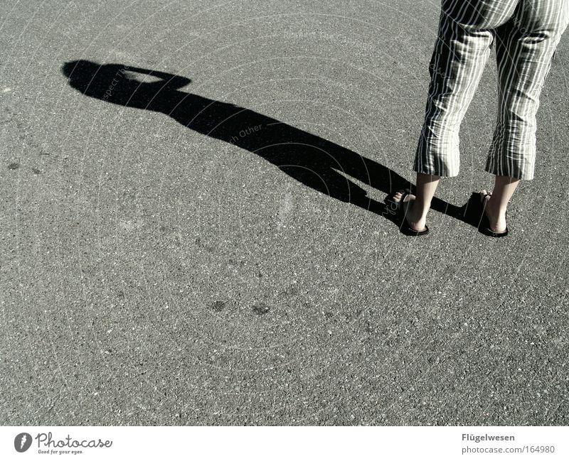 Ich suche was was du nicht suchst... Farbfoto Außenaufnahme Nahaufnahme Textfreiraum unten Tag Freizeit & Hobby feminin Gesäß Beine 1 Mensch Erde Straße