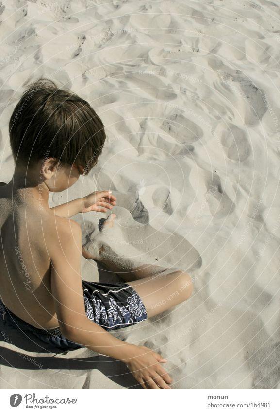 le fin sable Mensch Kind Jugendliche Ferien & Urlaub & Reisen Sommer Strand Einsamkeit ruhig Erholung Spielen Junge Denken träumen Kindheit Zufriedenheit sitzen