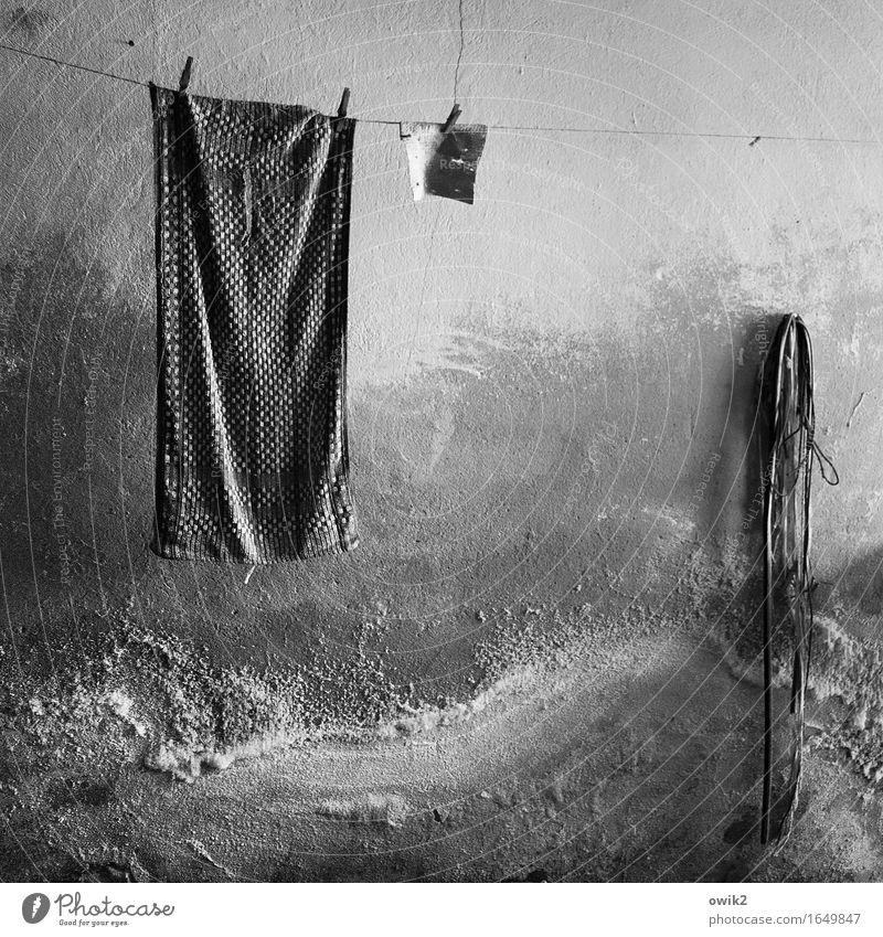 Hängengeblieben Mauer Wand Fassade Wäscheleine Handtuch Seil Wäscheklammern hängen alt dunkel Zusammensein trashig trist trocken Gelassenheit geduldig ruhig
