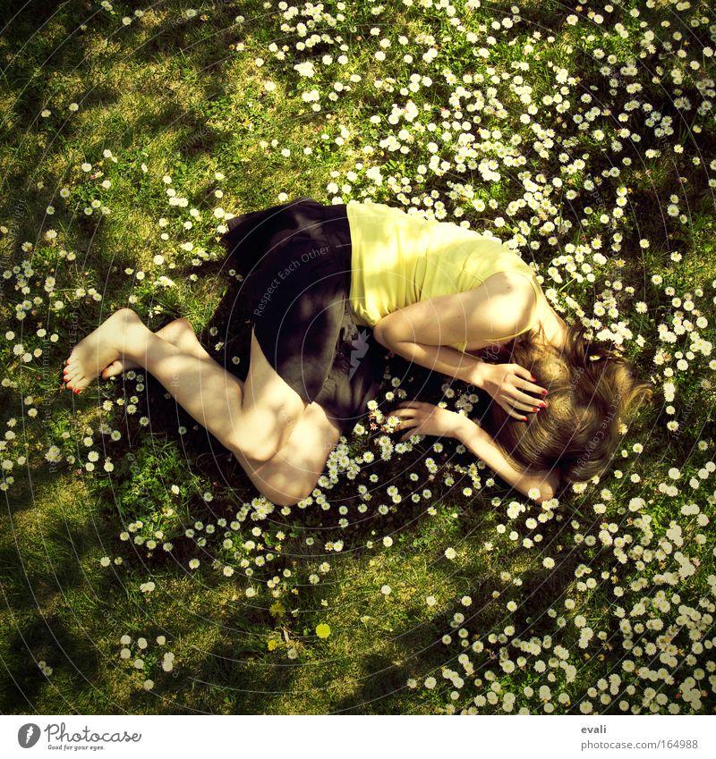 I seem to hear voices Frau Mensch Jugendliche Blume grün gelb Wiese feminin Frühling Garten Erwachsene liegen Schönes Wetter Junge Frau