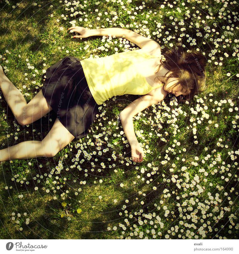 It ain't so bad Frau Mensch Jugendliche Wiese feminin Gras Frühling Garten Erwachsene liegen Junge Frau