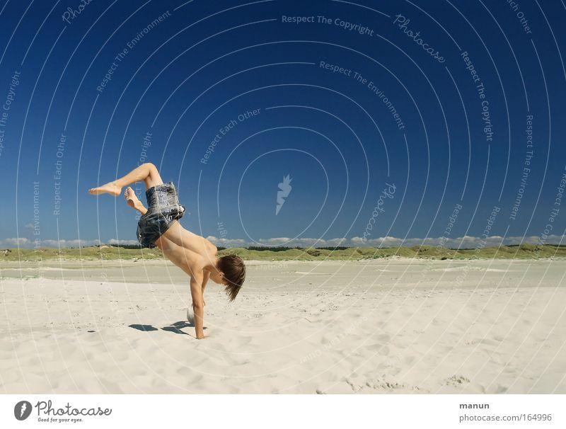 Beachboy Mensch Kind Jugendliche Ferien & Urlaub & Reisen Sommer Freude Strand Erholung Leben Spielen Junge Bewegung Glück springen Sand Wärme