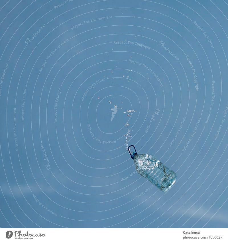 Wasser Luft Wassertropfen nur Himmel Wolkenloser Himmel Schönes Wetter Wasserflasche Verpackung PET Flasche fallen nass blau türkis Leben Erfrischung Farbfoto