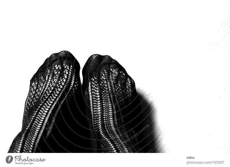 STOCKINGS Schwarzweißfoto Innenaufnahme Nahaufnahme Muster Textfreiraum oben Tag Licht Schatten Kontrast Blick nach unten feminin Frau Erwachsene Beine Fuß