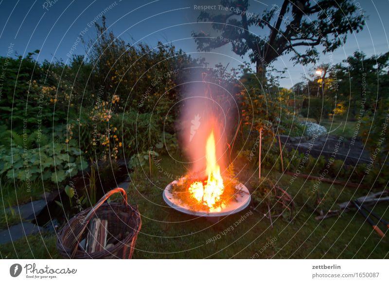 4200 - Feuer Abend brennen Erholung Brand Feuerstelle Feuerschein Feuerwehr Flamme Frühling Garten Schrebergarten Gartenhaus Nacht Natur offen Sommer Holz Rauch