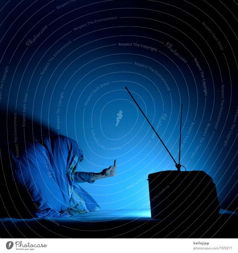 werbepause Kunstlicht Fernseher Mensch 1 Medien Neue Medien Fernsehen Fernsehen schauen Zeichen hocken Kommunizieren schlafen sitzen Häusliches Leben blau