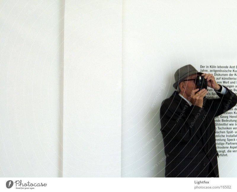 Opa fotografiert Fotografieren Text Wand Mensch alt Museum alt opi Fotokamera