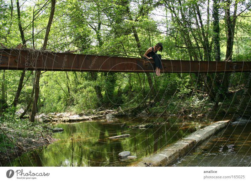 Mensch Natur Wasser grün Baum Ferien & Urlaub & Reisen Pflanze Sommer Einsamkeit Wald Ferne feminin Freiheit springen Traurigkeit Denken