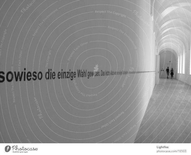 Text an Wand sw Mensch weiß 2 Messe Flucht Ausstellung Symbole & Metaphern