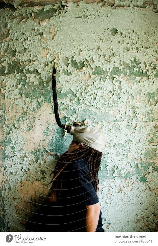 ABHÄNGIG Mensch Wand Kopf Haare & Frisuren Gebäude Mauer Luft maskulin Fabrik Schutz verfallen skurril Verbindung Ruine Putz Schlauch