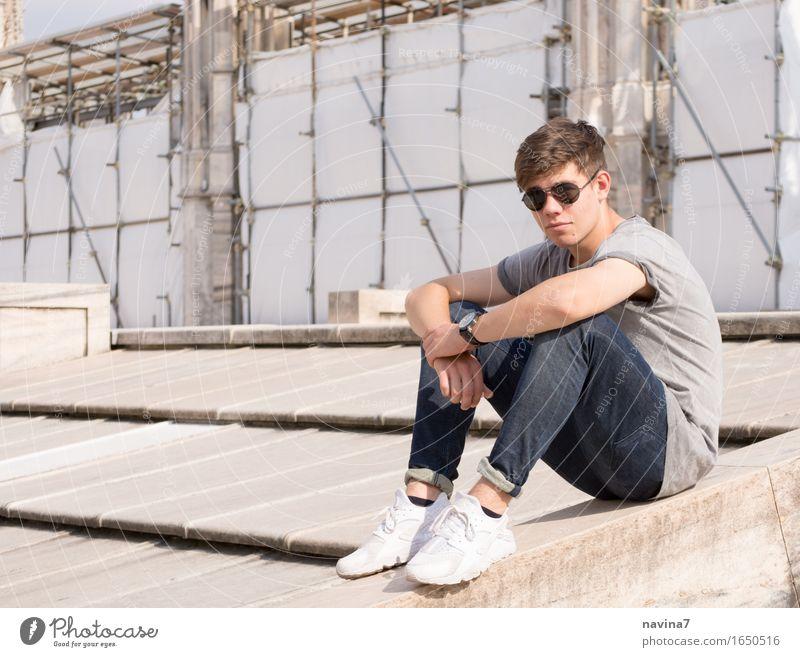 Er sitzt maskulin Junger Mann Jugendliche Bruder 1 Mensch 13-18 Jahre Mode T-Shirt Jeanshose Sonnenbrille Turnschuh beobachten hocken frei sportlich