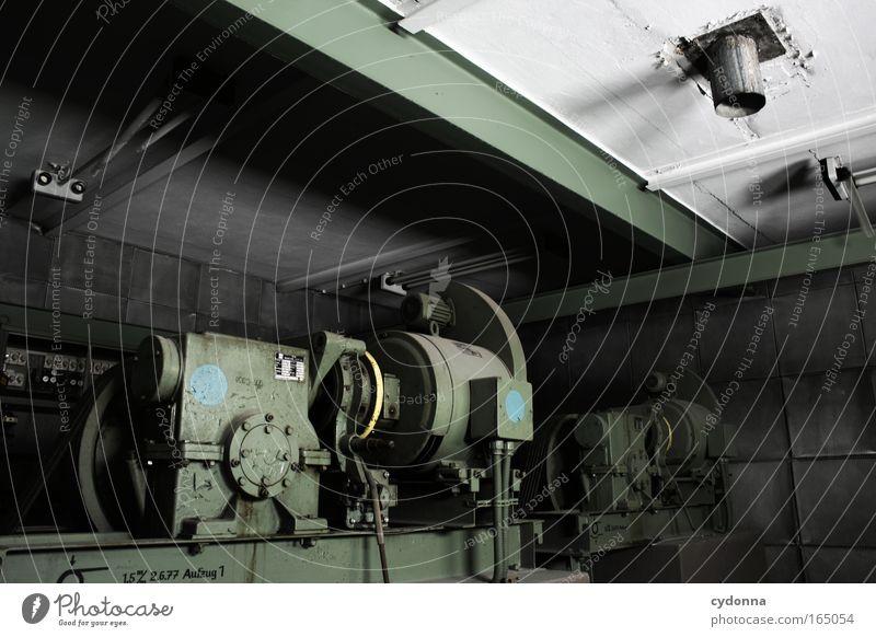 Außer Kraft Farbfoto Innenaufnahme Detailaufnahme Menschenleer Textfreiraum rechts Textfreiraum oben Tag Schatten Zentralperspektive Raum Maschine