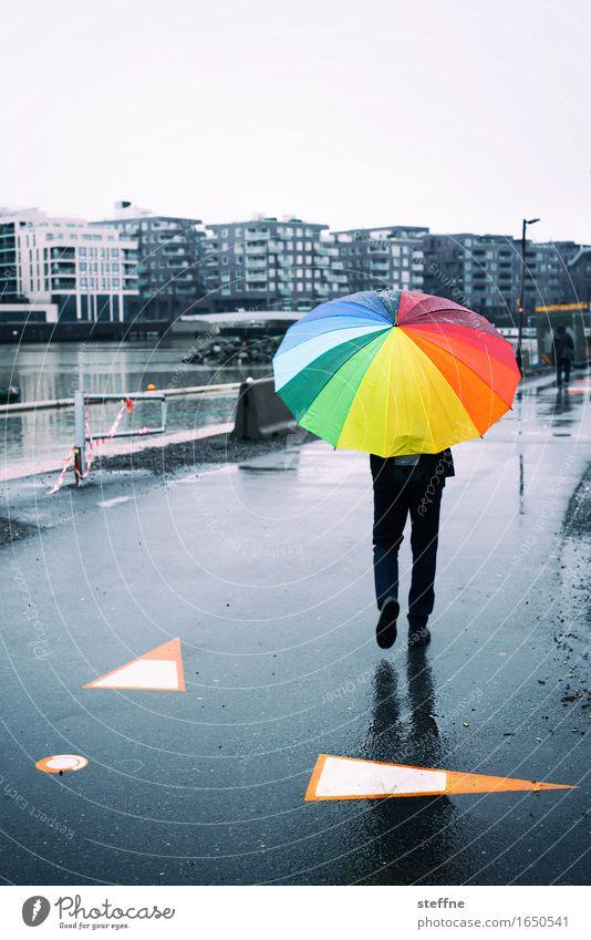 Sommersonnenwende 1 Mensch trendy Oslo Regenschirm Regenbogen schlechtes Wetter Norwegen Stadt Herbst Frühling Spaziergang Straße Farbfoto mehrfarbig