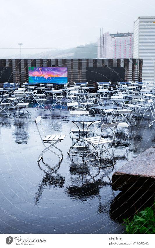 straßencafé (mit flamingo) Ernährung trist Oslo Café Regen schlechtes Wetter Straßencafé Flamingo Nebensaison Farbfoto Gedeckte Farben Außenaufnahme