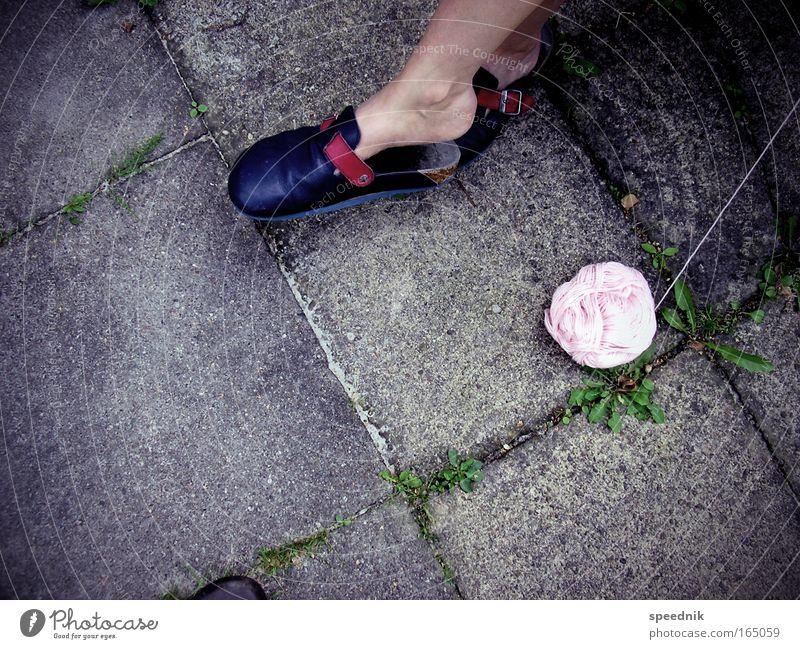 Housewife's Delight Mensch Frau Erwachsene Erholung Beine Fuß Zufriedenheit Schuhe Freizeit & Hobby machen Terrasse Nähgarn Pflastersteine Wolle stricken