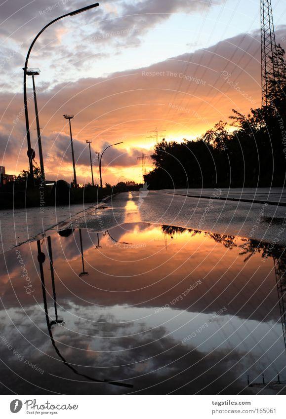 KLAMMER AUF Reflexion & Spiegelung Wasserspiegelung Sonne Sonnenlicht Laterne Hamburg Pfütze Mathematik Rechenoperation Klammer oben Symmetrie Straße