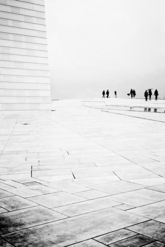 Opernball Mensch ruhig Traurigkeit Regen Nebel schlechtes Wetter Opernhaus Besucher zeitlos Oslo Raumeindruck