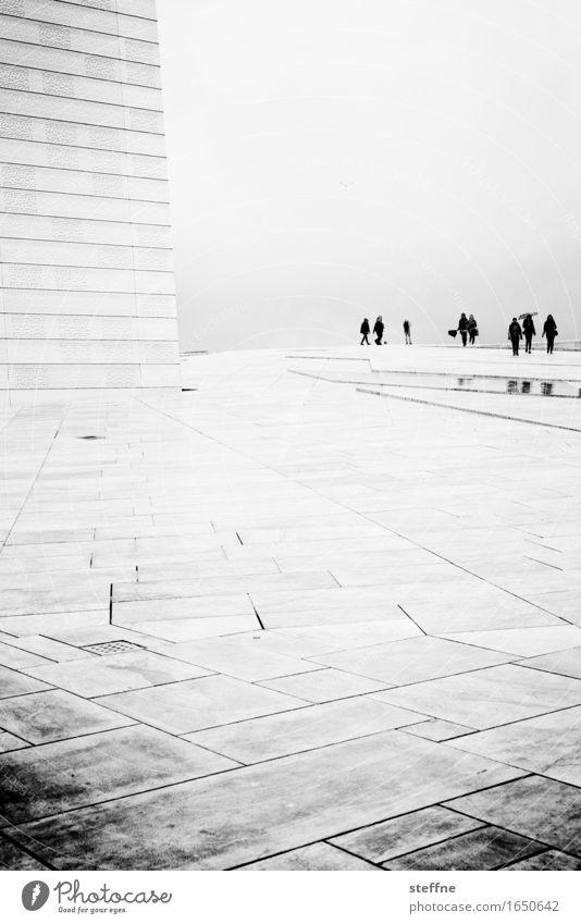 Opernball schlechtes Wetter Nebel Regen ruhig Oslo Opernhaus Mensch Besucher Raumeindruck zeitlos Traurigkeit Schwarzweißfoto Außenaufnahme Textfreiraum oben
