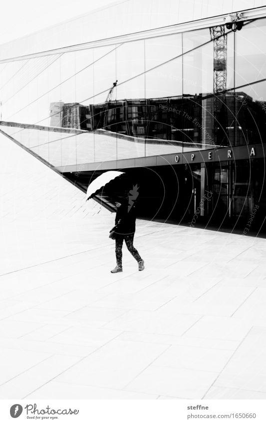 O P E R A Oslo nass Regen Regenschirm Norwegen Opernhaus Schwarzweißfoto Außenaufnahme abstrakt Strukturen & Formen Textfreiraum unten Kontrast Silhouette